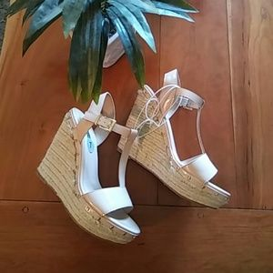 🌺NWOT T strap wedge🌺